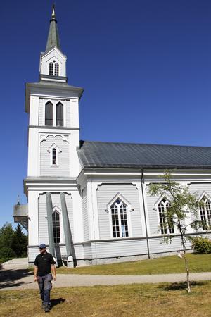 Kyrkan och kyrkogården i Hamra är en av arbetsplatserna för Daniel Wallberg.