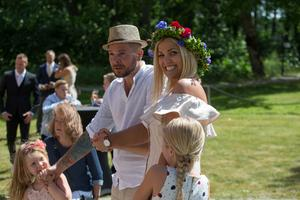 Magnus och Martina väntar på sin tur tillsammans med döttrarna Sofia och Olivia.