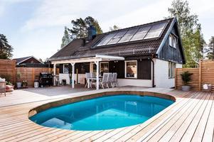 Byggt 1974, 1 071 kvm tomt, trädgård med pool och trädäckad altan, nära sjön Runn. Foto: Kristofer Skog