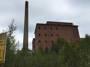 Fabriken plundras på metaller och  förfallet tilltar i det herrelösa pappersbruket som plundras trots att det råder tillträdesförbud
