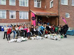 Härnösandselever ploggar för en bättre miljö. Bild: Erik Ahlström