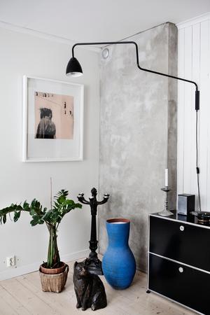 Grafik av Berit Jonsvik och bronskatten på golvet är gjord av Staffan Westerlund.