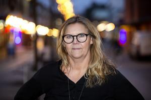 Maria Dahlqvist Lättman vill varna andra för den identitetskapning som hon råkade ut för på Facebook. Några av hennes vänner lurades  att skicka pengar till en bedragare.