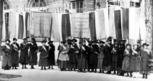 En bild från 1917 när Suffragettes demonstrerar för lika rättigheter mellan kvinnor och män. Foto: AP.