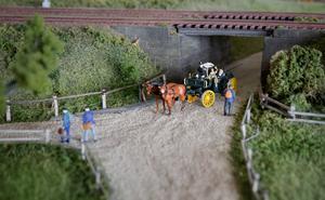 Landsvägen går parallellt med järnvägen och i vägskälet möts människor. I dikeskanten ligger plankor att gå på, exakt så som som förlagan, ett fotografi från 1914, visar.