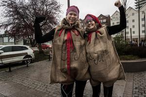 Kristin Berg och Majsan Fjellström klädde ut sig till julklappssäckar. Tidigare år har de varit kameler och stjärnor.