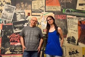 Thomas Lundmark och Anastasia Stener vid den klassiska väggen inne på Pipeline.