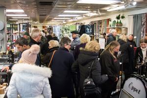 Flera hundra var inne i Linneskåpet för att kunna göra ett fynd när konkursutförsäljningen inleddes.