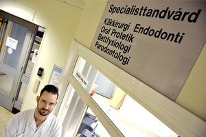 Nyutexaminerade specialisttandläkaren Johan Lundgren från Sundsvall berättar att under åren utan egen specialisttandläkare, har regionen till viss del tagit in kompetens utifrån, men i väldigt liten grad, och vissa patienter har inte ens blivit kallade på grund av tandläkarbristen.