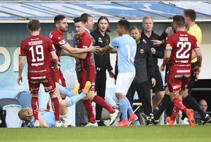 Jamie Hopcutt knuffade omkull Franz Brorsson. Båda spelarna fick rött kort efter situationen och det visades därmed tre röda i matchen. Foto: Emil Langvad/TT