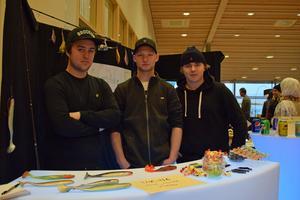 Rasmus Söderlind, Isak Yngvesson och William Bodén driver Sportfiske UF. I montern syns prototyper för deras gummibeten.
