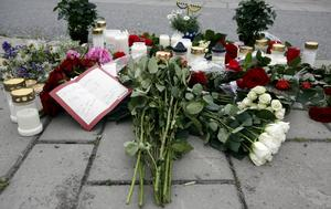 Sorgen var stor dagarna efter mordet på Benny Karlsson 2007. På Hammartorget där han höggs ihjäl skapade Hallstabor en minnesplats. Foto: Anders Forngren