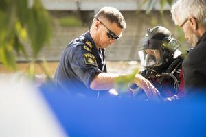 Här förbereder Sjöpolisen från Stockholm dykning i Svartån i jakt på bevis.