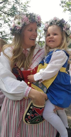 Jenny Olsson Qvist är en av de västra härjedalingar som prövat på vård i Norge i och med det nya samarbetet. Här på bilden med dottern Hedda.