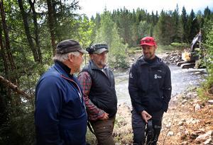 Åtgärderna skapar även nya fiskeplatser vilket bör glädja såväl lokala som tillresta fiskare säger Allan Blomquist, P-O Persson, Långå och Gunnar Jacobsson länsstyrelsen