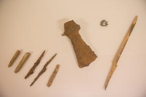 Vid gravplatsen har man hittills funnit ett yxblad, ett svärd och ett par knivar samt ett bältesspänne.