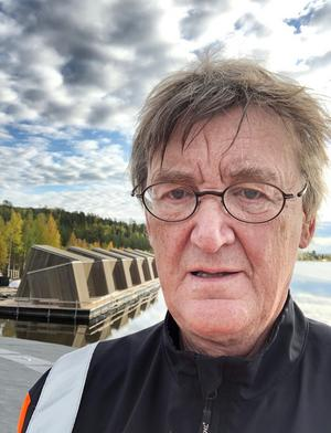 Före jul var Bertil Harström på Arctic bath för att leda arbetet med att montera timmerstockarna. Då stod de sex hotellrumsbyggnaderna på rad längs stranden. Foto: Bertil Harström.
