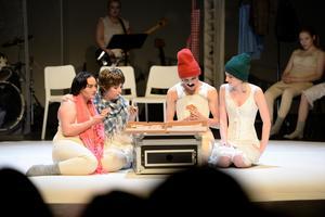 För Pi Selin, Alice Form, Oliwier Radke och Jill Östlund blev det pizzapaus i en av scenerna.