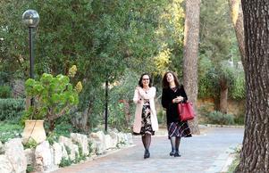Kursledaren Anita Goldman och den framgångsrika författaren Judith Rotem går genom klosterträdgården i Ein Karem. Judith berättar sedan om hur det gick till när hon lämnade det ultraortodoxa samhället.