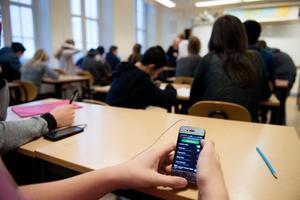 Liberalerna vill förbjuda mobiltelefoner i skolan.