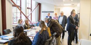 Från Köpings kommuns sida är de runt 40 som jobbar där nu. Här har försörjningsstödet möte när politiker, kommunchef och media oväntat klampade in.