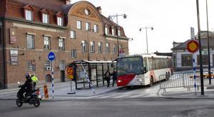 Bussarna kör vänstertrafik på själva hållplatsen för att passagerardörrarna sitter på bussens högra sida och perrongen är i mitten.