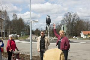 Sussie Berger (S) berättade om mörksuggan som pryder den nya rondellen i Avesta.