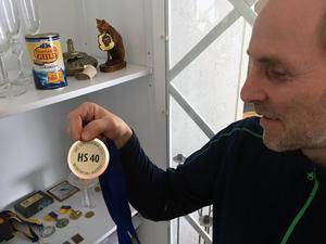 Anders Gustafsson tar stolt fram sin bronsmedalj från veteran-VM i Österrike 2016.