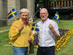 Kommunalrådet Karolina Wallström (L) och 2:e vice ordföranden i Gymnasienämnden Mats-Olof Liljegren (L)  önskar Örebros studenter lycka till. FOTO: Liberalerna, Örebro