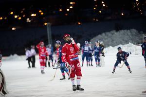 Niklas Westerlund i Söråker åker av isen efter förlusten mot Selånger.