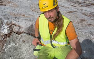 Arkeologen Andreas Forsgren vid utgrävningarna vid stenåldersboplatsen i Norvik sommaren 2018, men är specialiserad på yngre järnålder.
