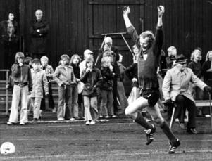 Här visar Odd glädje efter att ha räddat en straff på Idrottsparken i Sundsvall. Giffarnas lagkapten Göran Pisa Nicklasson slog straffen. Nu hjälpte det inte då Giffarna ändå vann med 1-0.