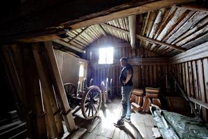 Nicklas Lindblom kollar in de gamla fina hjulen längst in i ladan.
