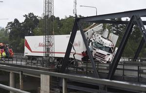 Midsommarhelgen 2016 skadades den ena motorvägsbrohalvan svårt i samband med att en långtradare smällde in i den. Foto: Pontus Stenberg