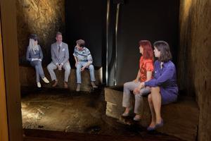 Foto: pressbild I de olika scenerna diskuterar personerna med varandra.