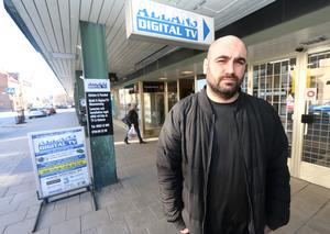 Shappe Armaghan driver Allans Digital TV i Hallsberg sedan 2002. Han har hamnat i en konflikt med Hallbos vd Hans Boskär om hur hans butik bäst bör marknadsföras.
