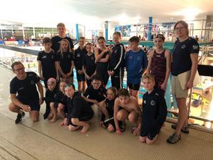 15 simmare i åldrarna 11 till 13 år representerade Ösmo SS i en tävling i Linköping. Foto: Privat