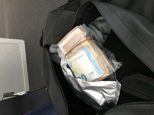 När polisen grep Ludivkabon fann man narkotika och dopningsklassade tabletter i hans väska men även motsvarande 150 000 kronor i euro. Foto: Polisen