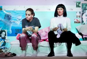 """Arina Katchinskaia som 14-åriga Sara och Malin Berg som socialsekreterare i Örebro länsteaters """"Förhör"""" på Nya China. Foto: Kicki Nilsson/Icon Photography"""