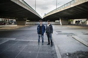 I drygt tre år har Jamal och Hassan bott i Bollnäs. Nu bor de under viadukterna vid Porte de la Chapelle i utkanten av Paris  innerstad.