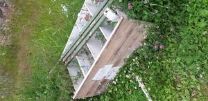 Ett skåp, som ligger och skräpar längs slingan vid Hoforshallen. Foto: Privat