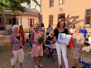 Kvinnohuset Tranan tilldelades årets pris från lokala Anna Lindh-kommittén. Från vänster: Anita Andersson från Anna Lindh-kommittén, Marie Ekman, kvinnohuset Tranans ordförande, Elisabeth Hatting, verksamhetschef på kvinnohuset Tranan samt Monica Green från Anna Lindh-kommittén.