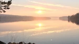 Det gäller att vara snabb fram med mobilkameran för att fånga vackra solnedgångar över sjön Barken. Denna togs i Kolpebo Söderbärke sen eftermiddag 12 oktober 2018.                                                                               Foto: Anna Siipilehto