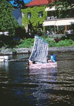 Segelbåt gjord av tetraförpackningar, 1988. Fotograf: Gunlög Enhörning