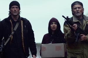 Foto: Njuta films. Jonas Malmsjö, Bahar Pars och Per Ragnar försvarar sig mot ett virus som drabbar Landskrona, som blir en krigszon i