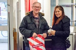 Ingemar och Pattamaporn Chiangpia Gustafsson har bland annat köpt glögglas till glöggen.