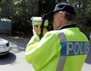 Polisen kontrollerar hastigheten. Foto:  Bertil Ericson/TT