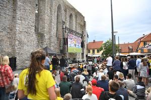 Foto: Henrik Montgomery / TT   Fotbollsfans under Almedalsveckan i Visby förra sommaren. Nu arrangerar flera partier i Norberg ett eget politiskt arrangemang
