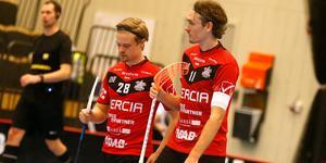 Rasmus Rudolfsson och Simon Jirebeck deppar efter en förlust i vintras. På måndagen står det klart att klubben inte klarar elitlicensen för kommande säsong.