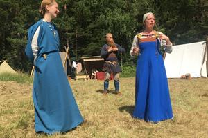 Elisabet Ryd (höger) visar upp sin högreståndsdräkt med spännbucklor. Det modet försvann på 1100-talet i Sverige.